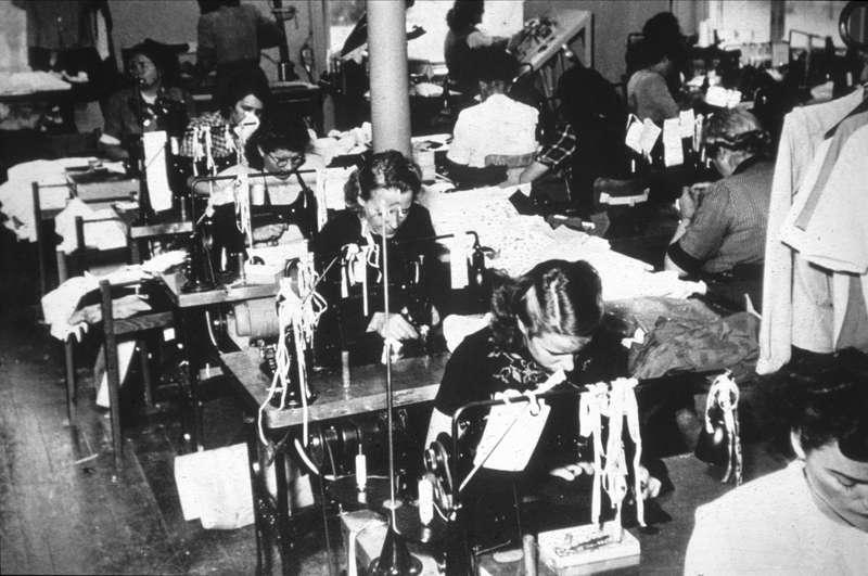 Fru Augusta Larsson i arbete på Berglöfs trikåfabrik omkring 1915 - 1920. UM