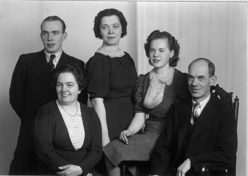 Per och Charlotte år 1943 med sina tre barn. Från vänster Birger, Birgit och Britta.