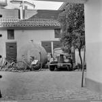 Betongskyddsrum och en Renault Juvaquatre på Vretgränd 9
