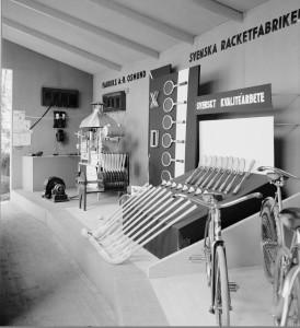 Svenska Racketfabrikens monter på Uppsala Fabriks- och Hantverksförenings utställning år 1934. Foto P Sandberg. UM