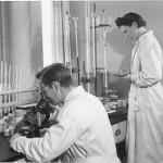 Kvalitetskontrollen. Lab.-chef Herbert Jonsson och Elsa Roth Jonsson.