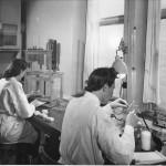 Laboratoriet. Närmast: Elsa Roth Jonsson. 40-talet