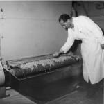 Tvålmästare R Johansson vid torkskåpet för tvålspån. Östlings
