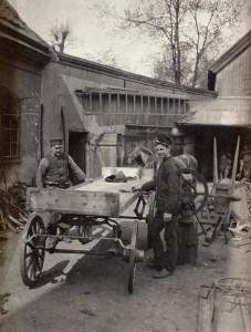 Utanför Kvarnsmedjan 1909. UM