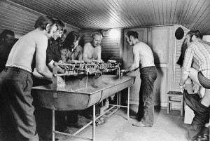 I tvättrummet på Fabriksgatan 1973. Rune Alenstål t h.Bland de övriga är John Pettersson, Royne  Sund och Yngve Ahlén. Foto Tom Sandstedt. UM